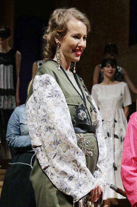 С любовью: беременная Ксения Собчак удивила странным нарядом в форме сердца