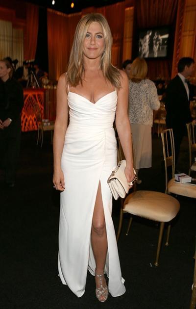 А теперь о вышеупомянутых конкурентках. 43-летняя Дженнифер Энистон (Jennifer Aniston) вполне могла бы побороть свою коллегу Холли, но редакторы «Fitness» выделили для Джен более приятную номинацию, а именно - «Невеста в отличной спортивной форме».