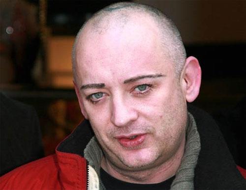 28 февраля состоялся суд по делу певца Боя Джорджа, обвиняемого в незаконном лишении свободы 28-летнего мужчины, выходца из Норвегии по имени Оден Карлсен, по словам которого, он познакомился со знаменитостью на сайте Gaydar в апреле 2007 года. Бой Джордж якобы пригласил норвежца в свой лондонский дом, пообещав 400 фунтов стерлингов за фотосессию. Молодой человек утверждает, что, когда он приехал к певцу, тот приковал его наручниками к стене.