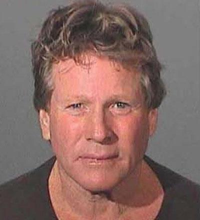 Спор между  известным актёром Райаном О'Нилом и его сыном чуть не закончился трагедией, а сам  актер попал под арест за применение огнестрельного оружия. Соседи сообщили в полицию, что слышали выстрелы, и приехавший на место наряд обнаружил, что 65-летний актер совершил нападение с пистолетом на собственного сына, 43-летнего Гриффина О'Нила.. Впрочем, члены звездной семьи решили не выносить сор из избы и впоследствии Райана О'Нила отпустили под залог в размере 25 тысяч фунтов стерлингов.
