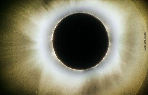 Корона. Короны, или венцы – это небольшие цветные кольца вокруг Солнца, Луны или других ярких объектов, которые наблюдаются время от времени, когда источник света находится за полупрозрачными облаками. Корона возникает при рассеивании света мелкими водяными капельками воды, образующими облако. Иногда корона выглядит как светящееся пятно (или ореол), окружающее Солнце (или Луну), которое завершается красноватым кольцом. Во время затмений именно корона окружает затемненное солнце.