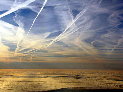 Конденсационный (инверсионный) след. Конденсационные следы – это белые полосы, оставляемые в небе самолетами. По своей природе они являются сконденсированным туманом, состоящим из влаги, находящейся в атмосфере и выхлопных газах двигателей. Чаще всего эти следы недолговечны – под воздействием высоких температур они попросту испаряются. Однако некоторые из них спускаются в более низкие слои атмосферы, образуя перистые облака. Экологи считают, что преобразованные таким образом конденсационные следы самолетов оказывают негативное влияние на климат планеты. Тонкие высотные перистые облака, которые получаются из видоизмененных самолетных следов, препятствуют прохождению солнечных лучей и как следствие понижают температуру планеты, в отличие от обычных перистых облаков, которые способны сохранять тепло земли.