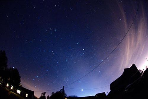 Зодиакальный свет. Рассеянное свечение ночного неба, создаваемого солнечным светом, отраженным от частиц межпланетной пыли, называют еще зодиакальным светом. Зодиакальный свет можно наблюдать вечером на западе или утром на востоке.