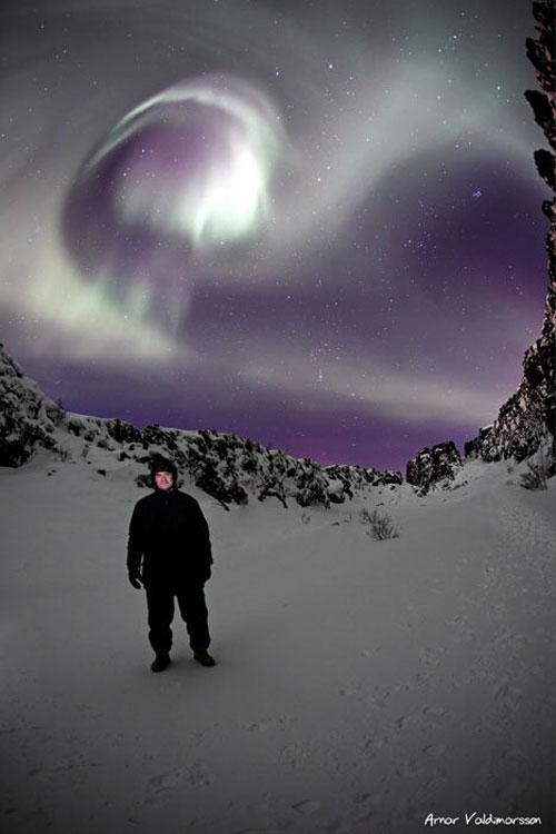 """Северное сияние.Свечение, наблюдаемое на небе в полярных областях, называют северным, или полярным сиянием а так же южным – в Южном полушарии). Предполагается, что этот феномен существует также и в атмосферах других планет, например Венеры. Природа и происхождение полярных сияний – предмет интенсивных исследований, и в этой связи были разработаны многочисленные теории."""" Полярные сияния, как считают ученые, возникают вследствие бомбардировки верхних слоев атмосферы заряженными частицами, движущимися к Земле вдоль силовых линий геомагнитного поля из области околоземного космического пространства, называемой плазменным слоем. Проекция плазменного слоя вдоль геомагнитных силовых линий на земную атмосферу имеет форму колец, окружающих северный м южный магнитные полюса (авроральные овалы)""""."""