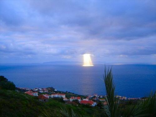 А это явление, которое жители острова Мадейра, что в Атлантическом океане, наблюдали однажды, не поддается никакой классификации.