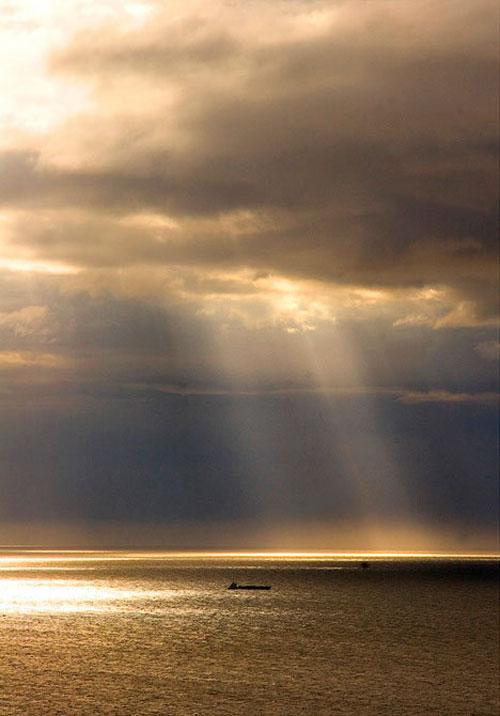 Сумеречные лучи. Сумеречные лучи – расходящиеся пучки солнечного света, которые становятся видны благодаря освещению ими пыли в высоких слоях атмосферы. Тени от облаков образуют темные полосы, а между ними распространяются лучи. Этот эффект наблюдается, когда Солнце находится низко над горизонтом перед закатом или после рассвета.