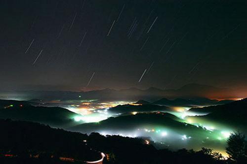 """Звездный след. Невидимый невооруженным глазом """"звездный след"""" можно запечатлеть на фотокамеру. Этот снимок был сделан ночью, при помощи камеры, установленной на штатив, с полностью открытой диафрагмой объектива и более чем часовой выдержкой. На фотографии показано """"движение"""" звездного неба – естественное изменение положения Земли в результате вращения заставляет звезды """"двигаться"""". Единственная неподвижная звезда – Полярная, которая указывает на астрономический Северный полюс."""