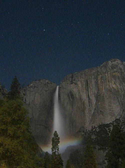 """Лунная дуга. Темное ночное небо и яркий свет Луны часто порождают явление, именуемое """"лунной радугой"""" – радуга, появляющаяся в свете Луны. Такие радуги располагаются на противоположной от Луны стороне небосвода и чаще всего кажутся абсолютно белыми. Впрочем, иногда их можно увидеть во всей красе."""