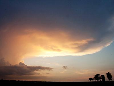 Гроза приближается к силосной башне на ферме недалеко от Уичито, штат Канзас. (Orlin Wagner/Associated Press)