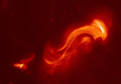 Как показали свежие наблюдения, структуры из раскалённого газа сложным образом закручены магнитным полем Солнца. Они ведут себя наподобие гигантских резиновых жгутов. Эти объекты выглядят как гигантские арки и содержат в себе колоссальную энергию.