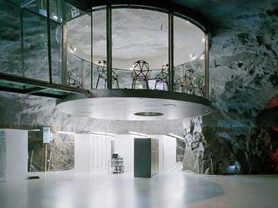 7. Бункер «Белая Гора», Стокгольм, Швеция<br /><br />Данный бункер предусматривался, как убежище на случай ядерной войны. Сегодня в нем располагается офис одного из интернет-провайдеров, в котором есть зал для конференций и даже водопад.