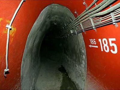 3. Бункер для членов правительства ФРГ, Германия<br /><br />Найти это бомбоубежище весьма непросто, ведь оно расположено под обширными виноградниками возле реки Ар. С 1997 года бункер находится в заброшенном состоянии по причине того, что расходы на его техническое содержание слишком велики.
