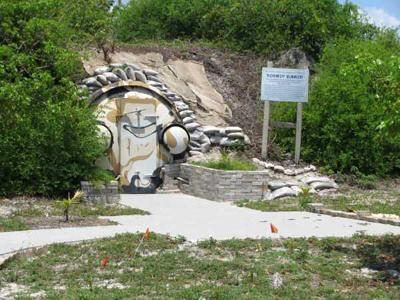 2. Бункер Кеннеди, штат Флорида, США<br /><br />До 1974 года правительство США скрывало этот объект от населения, а особо любопытным сообщали, что это - склад боеприпасов. Постепенно об убежище забыли, но в 1999 году руководство одного из местных музеев арендовало бункер для экскурсий.