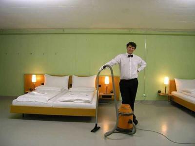 10. Отель 0 звезд, Швейцария<br /><br />Бывший атомный бункер трансформировался в отель, который рассчитан на 54 постояльца. Особых удобств в нем нет, как и отдельных комнат. Но клиенты, привлеченные низкими ценами, бронируют койки за месяц вперед. Примечательно также, что за 24 часа отель опять может стать атомным бункером.<br /><br />/По материалам fedpost.ru/