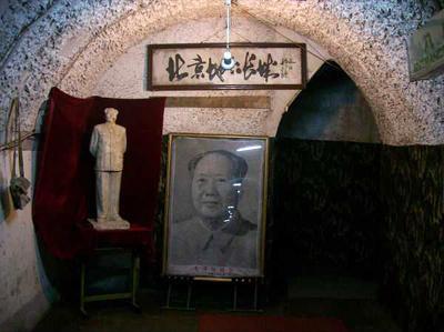 6. Подземный город, Пекин, Китай<br /><br />Бомбоубежище, площадь которого составляет 85 кв.км, находится прямо под городом. Здесь есть кинотеатры, парикмахерские, бассейны и читальные залы, - в общей сложности катакомбы могут вместить до 300 тысяч человек.