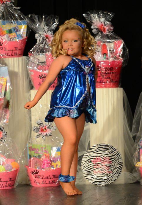 В программе дошкольница рассказала, что она принимает участие в конкурсах красоты из-за денег, заявив - вид доллара заставляет ее визжать, а также почему-то назвалась Малышкой Хани Бубу.