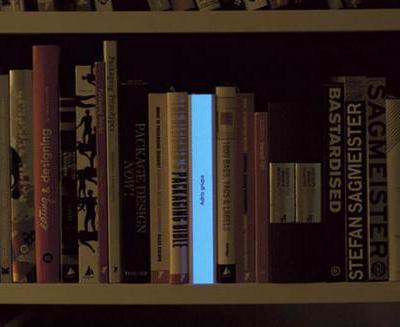 Книга «Good Ideas Glow in The Dark» - это необычная ночная лампа, стилизованная под книгу. Она смотрится очень стильно, находясь не только на полке, но и на столе.