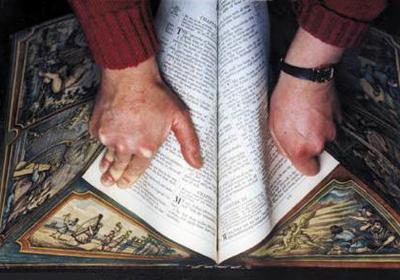 На страничные торцы этих книг нанесен рисунок, который полностью появляется при чтении, когда книга открыта, или когда ее страницы сдвинуты под определенным углом.