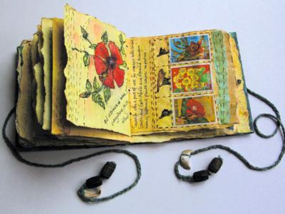 При изготовлении своих книг художница в обилии использует цветы из собственного сада, а также переработанные страницы из журналов по садоводству.
