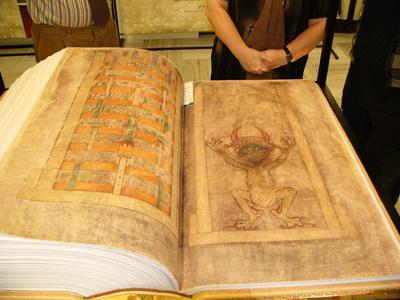 Кем и почему была написана эта гигантская книга, до сих пор неизвестно. Легенда гласит, что ее создал монах, которого заперли за нарушение монашеских принципов, и который поклялся всего за одну ночь написать самую большую рукопись в мире. Когда он понял, что не сможет выполнить свой обет, то стал молиться дьяволу, и тот услышал его молитвы.