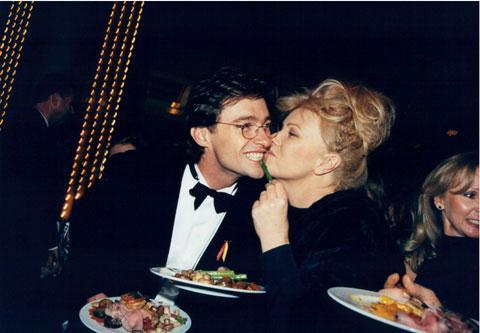 Пара познакомилась в 1991 году, когда Дебора была востребована как актриса, а Хью, наоборот, был абсолютно никому не известен. Очень скоро Дебора поняла, что это человек всей ее жизни, а к тому же с ним ей никогда не будет скучно.