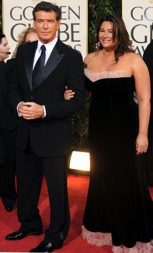Актер Пирс Броснан. Женат на телеведущей Кили Шей СмитДаже в свои 60 лет этот обаятельный ирландец продолжает удерживать титул секс-символа! В 1995 году Пирс Броснан впервые появился на экране в роли бесстрашного Джеймса Бонда и с тех пор продолжает оставаться любимцем женщин всех возрастов. У актера много общего с его знаменитым героем, вот только в том, что касается женщин, они расходятся.