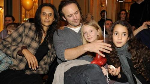 Через несколько лет брак распался, и Венсан, ни минуты не раздумывая, повторил свое предложение руки и сердца (Жерар, кстати, стал свидетелем на свадьбе). 18 декабря 1998 года влюбленные официально зарегистрировали свои отношения, а год спустя у них родился первый общий ребенок – дочь Иман (сегодня , помимо дочери, звездная пара воспитывает близнецов Пабло и Тесса, а также Роксану, дочь Карин Силла от Жерара Депардье).