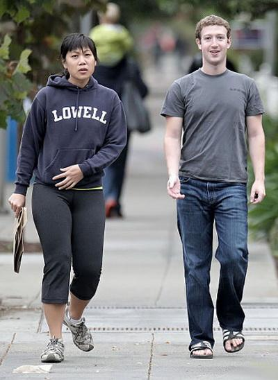 Основатель Facebook Марк Цукерберг. Женат на однокурснице Присцилле Чан26-летний основатель социальной сети Facebook, самый молодой миллиардер в мире и один из самых желанных женихов планеты, обрел счастье не с кинозвездой и не супермоделью, а с бывшей однокурсницей Присциллой Чан, с которой компьютерный гений познакомился в коридорах университета в 2004 году.