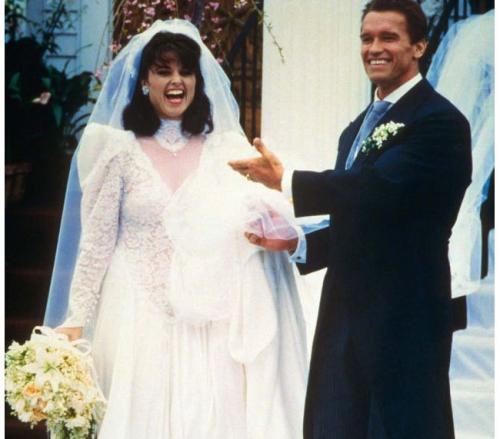 Когда в 86-ом году влюбленные объявили о помолвке, поклонницы Арнольда рвали на себе волосы. 26 апреля 1986 года в Гианнисе, штат Массачусетс, состоялось шумное свадебное торжество, а через два года на свет появилась Кэтрин, первая из четырех детей пары.