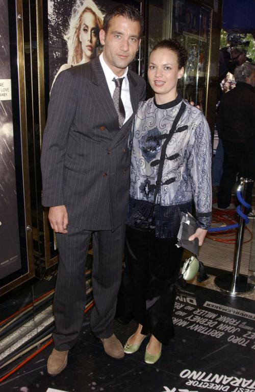 Актер Клайв Оуэн. Женат на актрисе Саре-Джейн ФентонВот уже 14 лет один из самых красивых и сексуальных мужчин планеты предан своей жене – маленькой шатенке, которая всегда убирает волосы в пучок и выглядит как школьная учительница.